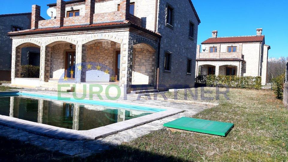PRILIKA! Kamena kuća s bazenom i pogledom na more. Za renoviranje.
