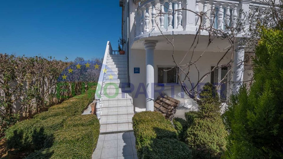 Dio dvojne  kuće sa apartmanima i prekrasnim  vrtom , u blizini grada Poreča