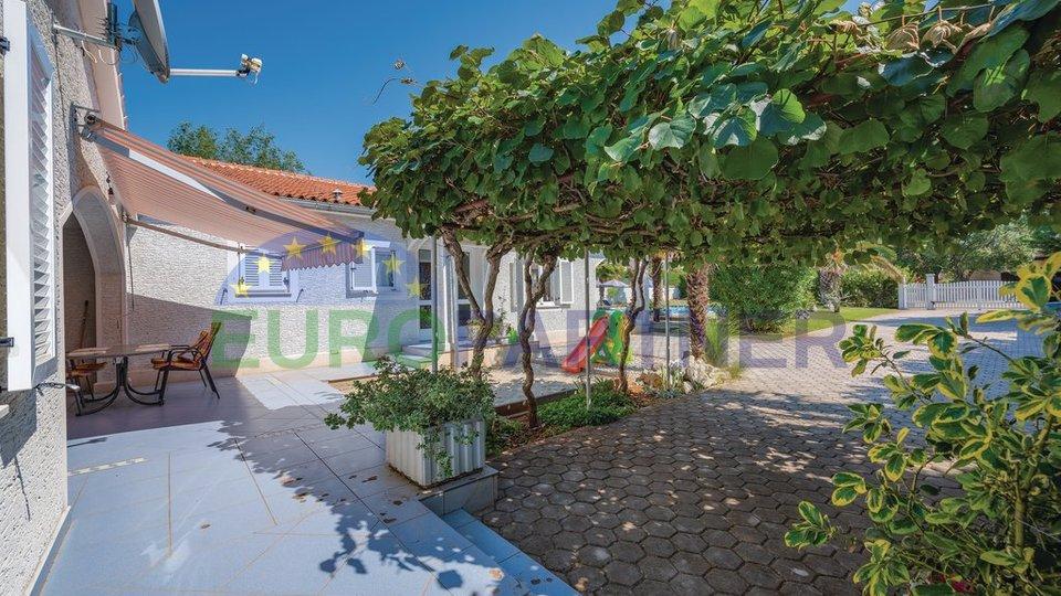 Kuća u mediteranskom stilu s velikim vrtom i bezenom