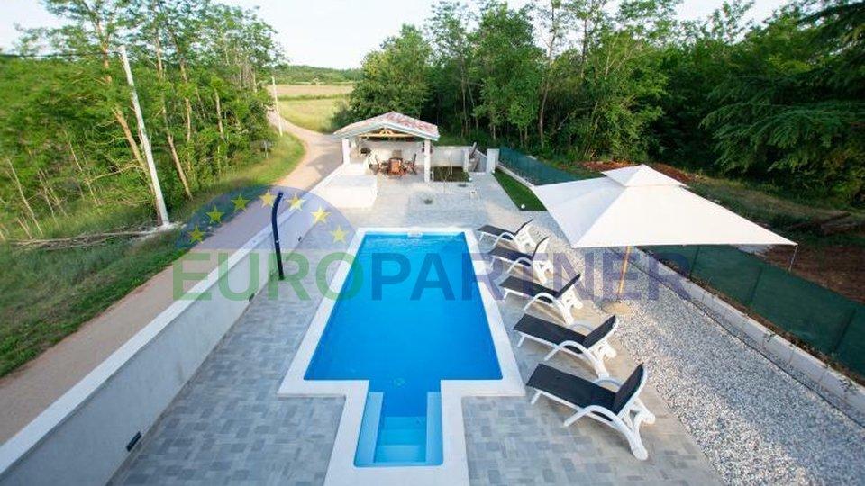 Renovirana kamena kuća s bazenom u blizini Višnjana