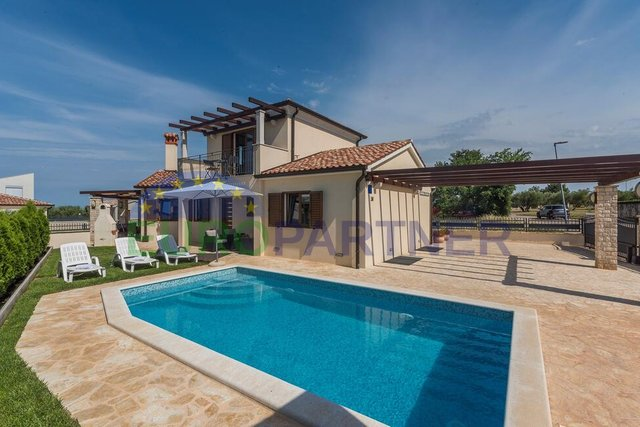 Family house with pool, 700 meters from the sea