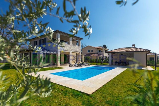 Elegant villa with pool, 3 km from the sea