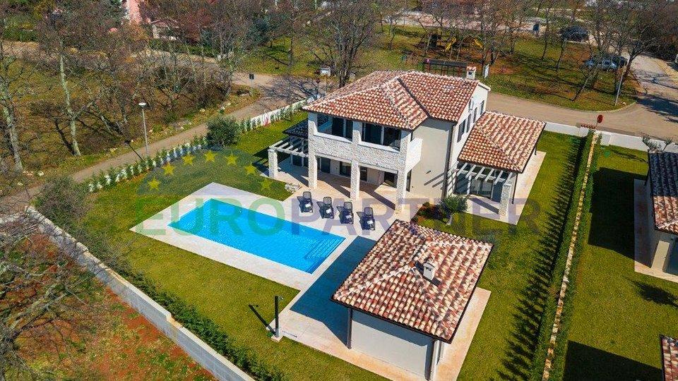 Elegantna vila s bazenom, 3 km od mora