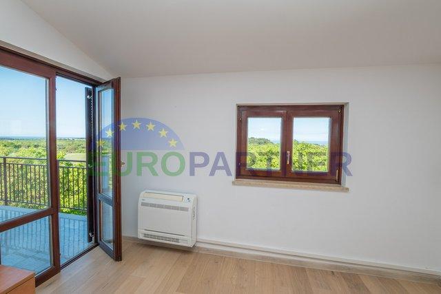 Stan sa 2 spavaće sobe i panoramskim pogledom, 2 km od Poreča
