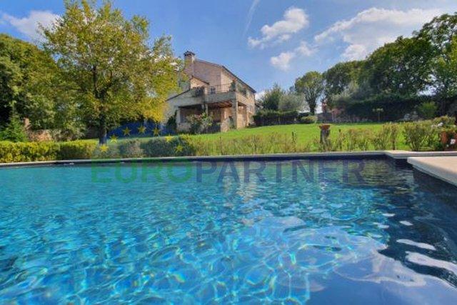 Kamena kuća sa bazenom na zemljištu od 10 000 m2, centralna Istra