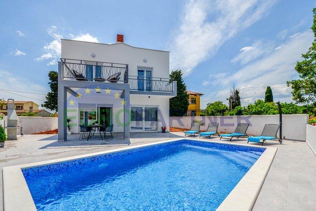 Šarmantna vila modernog dizajna ,blizina plaže