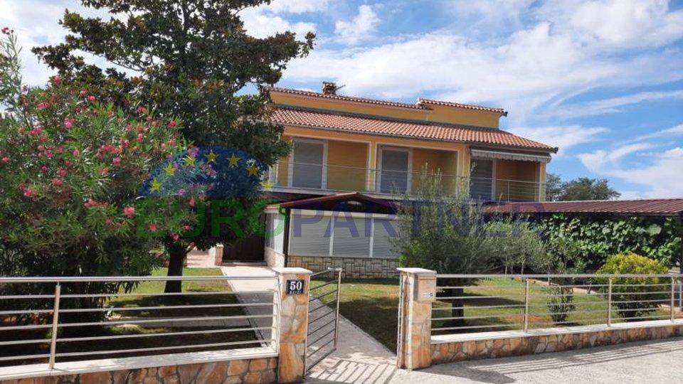 Poreč , vrlo atraktivna kuća s apartmanima i velikim dvorištem