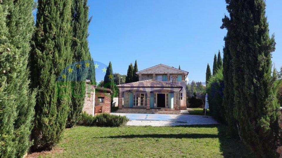 Casa in pietra di charme nel cuore di un'oasi verde.