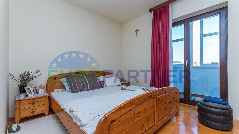Poreč, kuća s 4 stana i okućnicom od 1198 m2