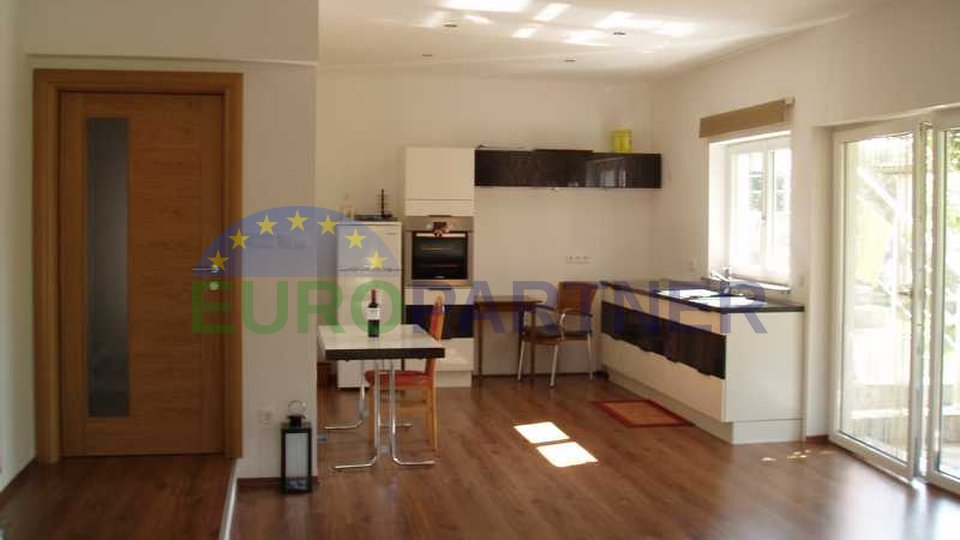 Spacious apartment house, only 3 km from the town