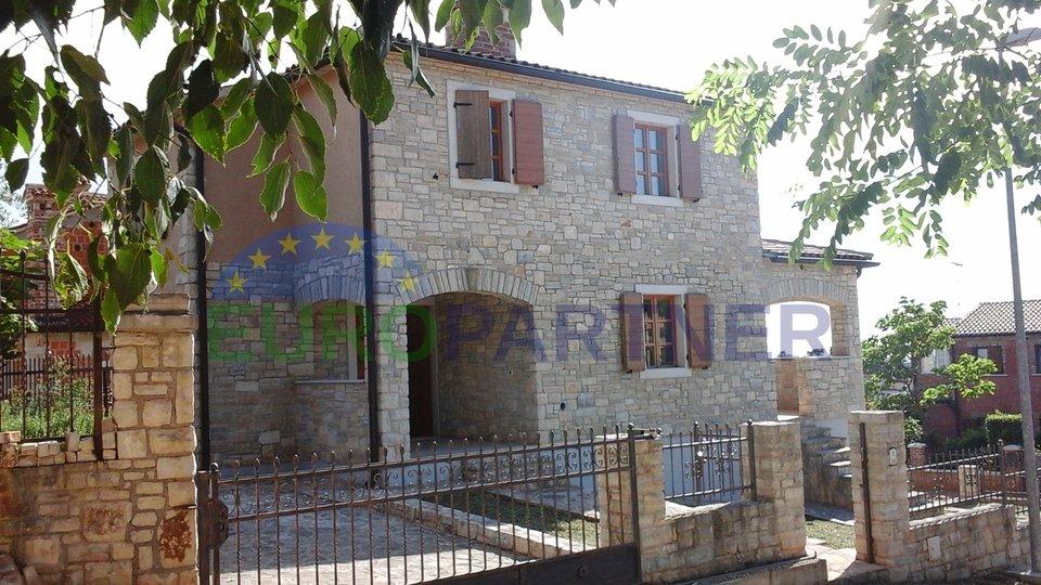 Steinhaus in der Nähe Porec . Meerblick