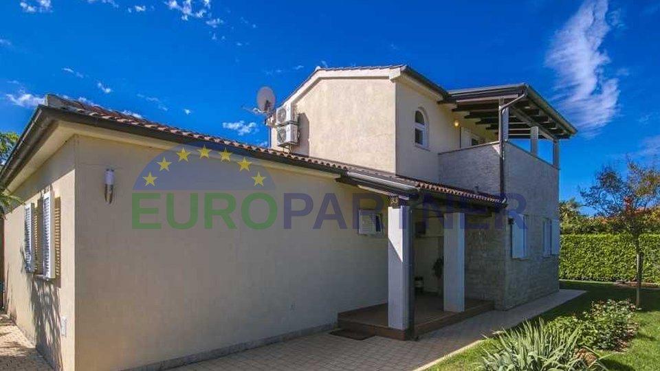 Villa con piscina a distanza dal centro della città di Parenzo e il mare 7 km