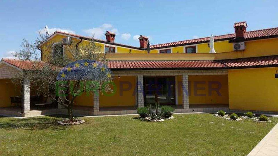 Idyllisches Einfamilienhaus umgeben von viel Grün, abseits vom Zentrum von Porec und dem Meer 7 km