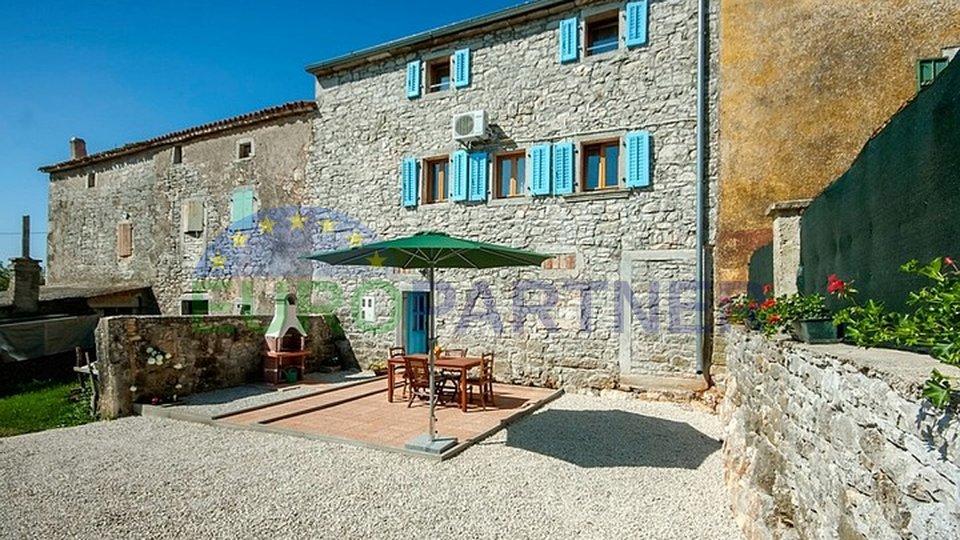 Due case in pietra ristrutturate, con piscina, lontane dal centro della città di Parenzo e il mare 15 km