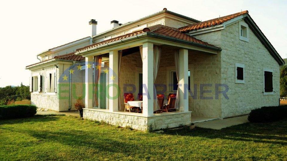 Villa dalmata in pietra scolpita vicino a Sibenik