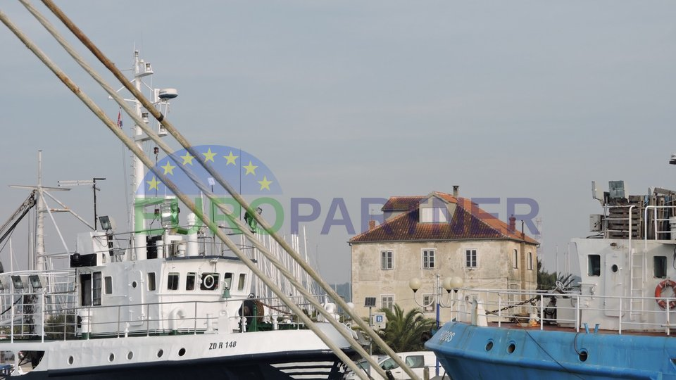 Stara dalmatinska  kamena kuća, prvi red do mora