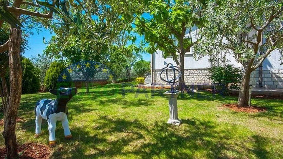 House with a beautiful garden, 3 km from Poreč and the sea