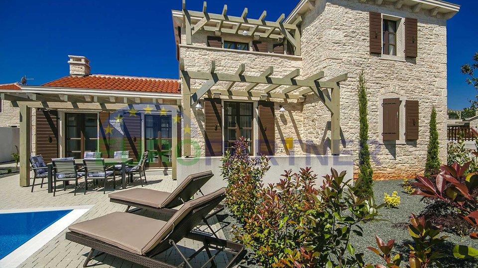 Grande offerta!! Villa in pietra con piscina a soli 2 km dalla spiaggia